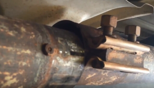 How to Remove Ford F150 Exhaust Y-pipe (12)
