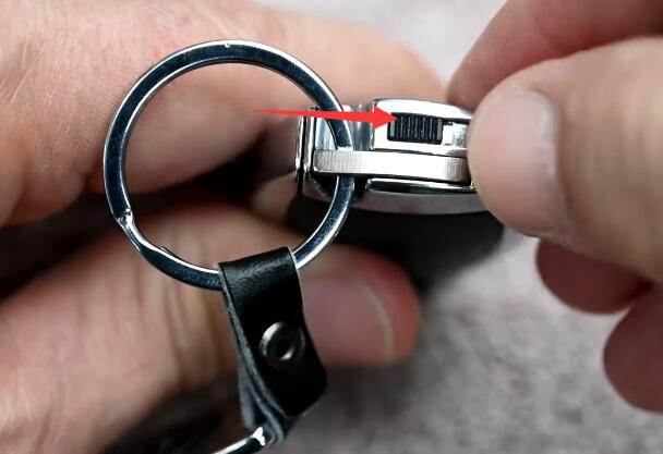 How-to-Change-Mercedes-Benz-Key-Fob-Battery-1