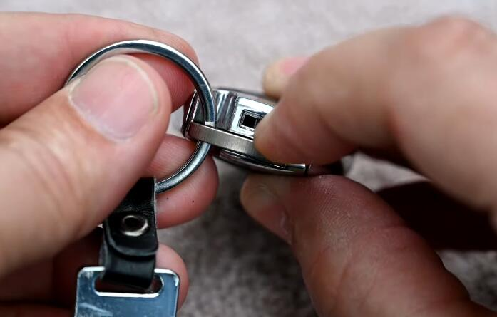 How-to-Change-Mercedes-Benz-Key-Fob-Battery-2