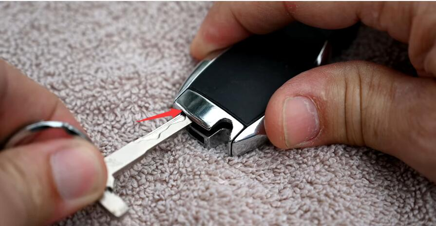 How-to-Change-Mercedes-Benz-Key-Fob-Battery-3