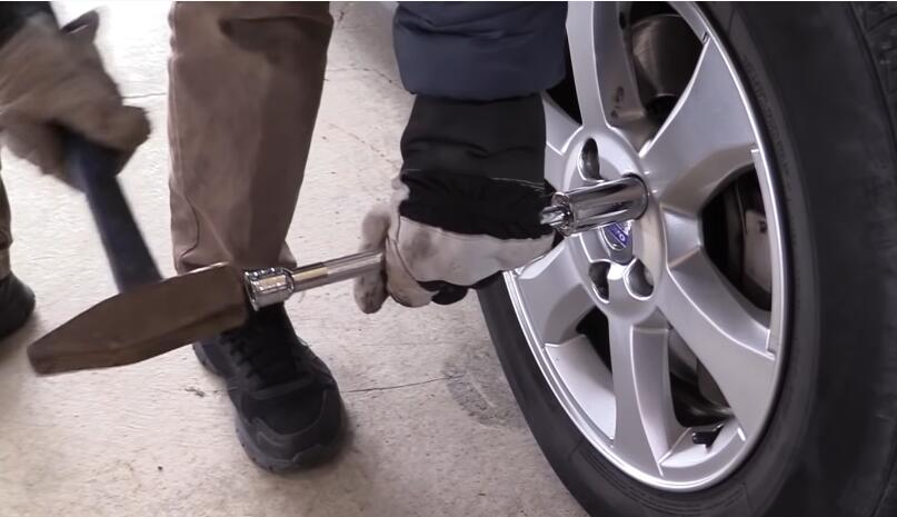 How-to-Remove-the-Locking-Lug-Nuts-without-Key-for-2008-Volvo-XC70-3