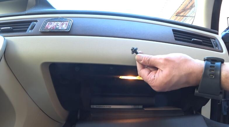How-to-Replacing-Cabin-Filter-and-Cleaning-AC-evaporator-on-Volvo-4
