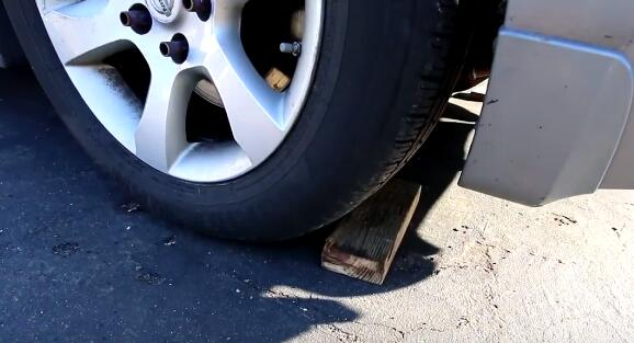 block the rear wheel rolling-2