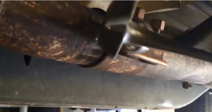 How to Remove Ford F150 Exhaust Y-pipe (11)