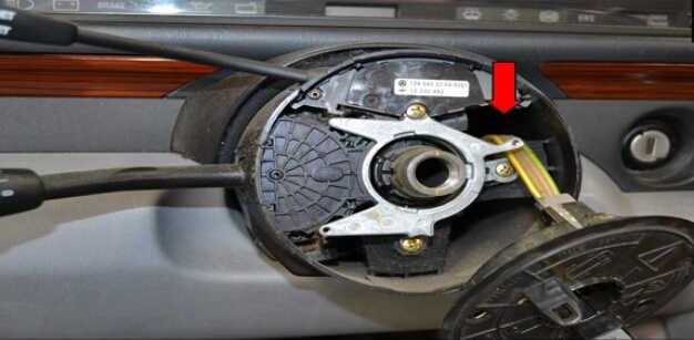 Benz W204 Steering Angle Sensor Removal (11)