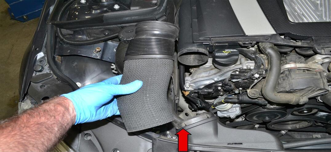 How to Remove Benz C Class W204 Engine Cover (8)