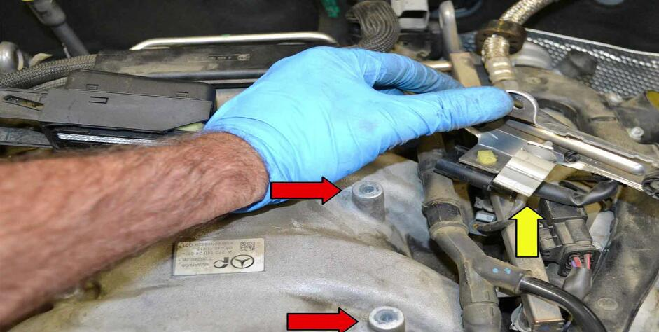 How to Replace Fuel Injector for Benz C350 (12)