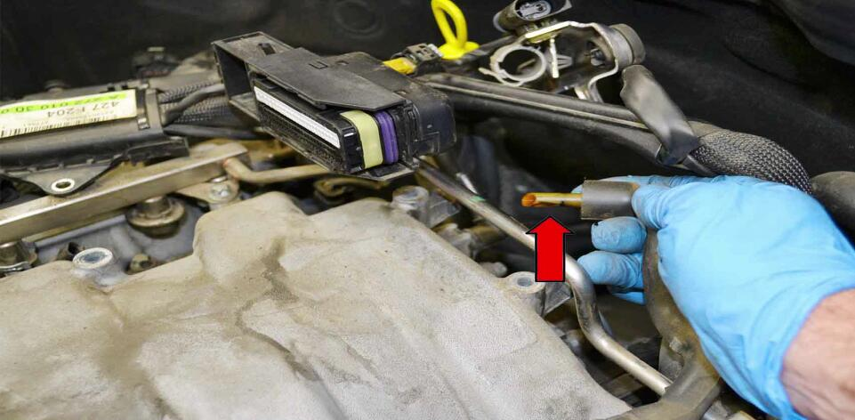 How to Replace Fuel Injector for Benz C350 (13)