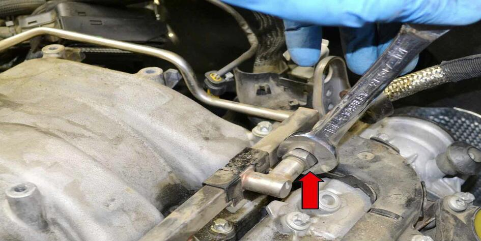 How to Replace Fuel Injector for Benz C350 (16)