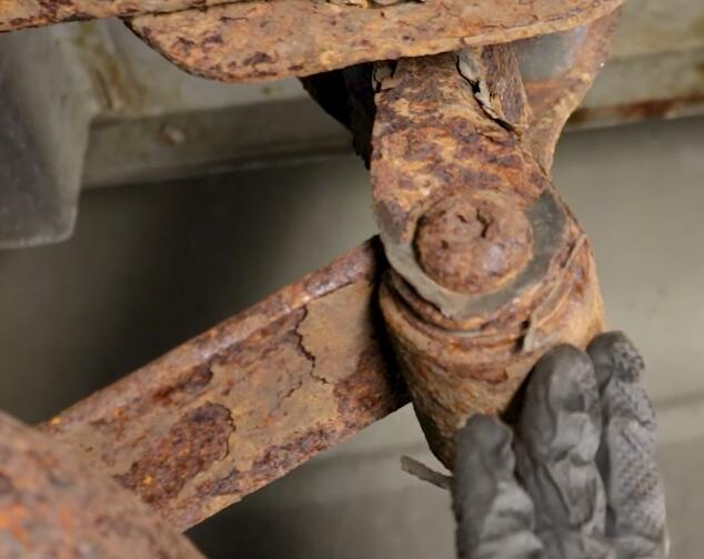 How-to-Inspect-Leaf-Spring-Suspensions-for-Dodge-Pickup-Truck-11