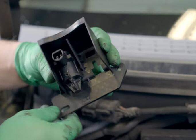 How-to-Replace-the-4x4-Disengage-Solenoid-in-5.4L-Ford-F-150-10
