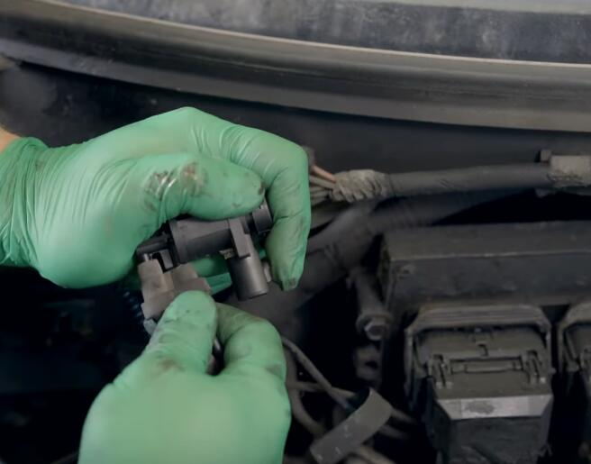 How-to-Replace-the-4x4-Disengage-Solenoid-in-5.4L-Ford-F-150-13