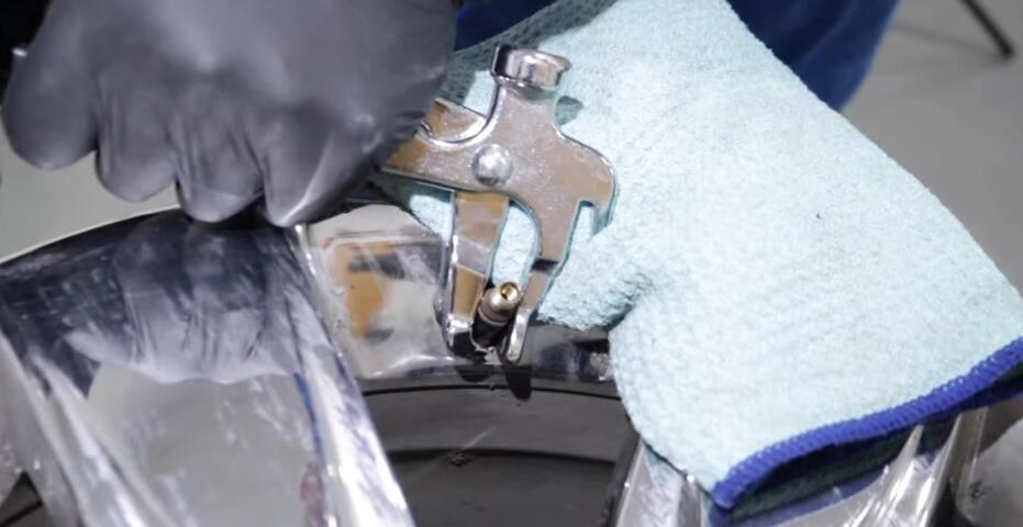 How-to-Fix-Leaking-Air-Problem-in-The-Valve-Stem-for-GM-8