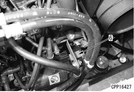 Komatsu-Excavator-PC130-8-Cylinder-Head-Removal-Installation-Guide-4