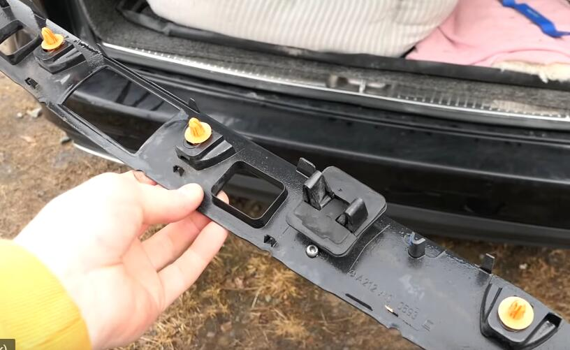 How-to-Change-License-Plate-Lamp-for-Mercedes-Benz-E-Class-8