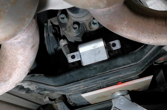 How-to-Replace-Transmission-Mount-for-Mercedes-E-Class-W212-2009-2016-8